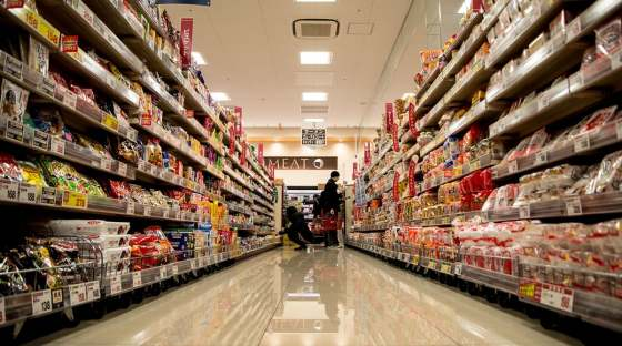 Image: supermarket aisle reflects lots of food products