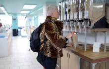 Image: woman using plastic free food dispenser at hisbe in brighton